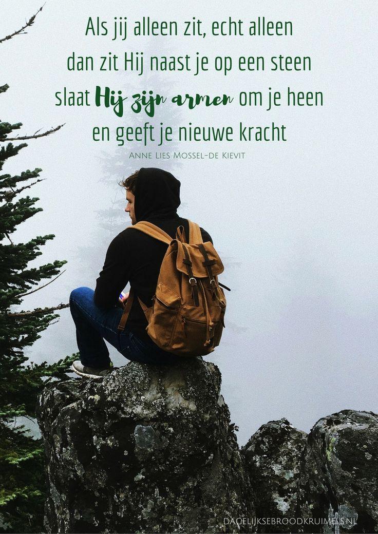 Dag 11 Als je geen hoop meer hebt geen moed om door te leven is er nog één dingetje wat ik je door wil geven 't Is dat je nog weten moet dat iemand om je geeft iemand die gestorven is maar Hij stond op en leeft Weet dat Hij die hele hel van jou zelf ook ervaren heeft maar óók verslagen, weet dat... #Hoop, #Kracht, #Leven, #Moed, #Horen, #40Dagen https://www.dagelijksebroodkruimels.nl/hij-zit-naast-je-dag-11/