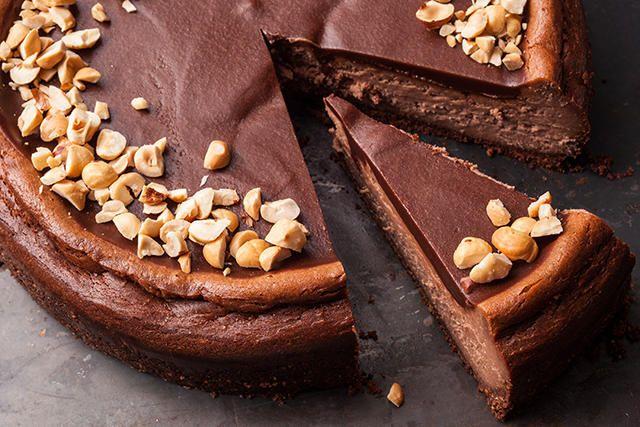Ένα υπέροχο Cheesecake με τραγανή βάση μεμπισκότα σοκολάτας και φουντούκια, αφράτη σοκολατένια γέμιση με κρέμα τυριού και πραλίνας φουντουκιού και επικάλ