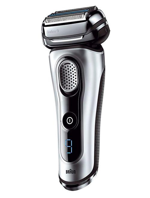 Der Elektrorasierer Series 9 9090cc von Braun verfügt über die patentierte SyncroSonic Technologie. Die vier spezialisierten Scherelemente mit 40.000 Scherbewegungen pro Minute sorgen für eine schnelle, effiziente und auf Ihre Bedürfnisse ausgerichtete Rasur. Der Direct&Cut Trimmer richtet Haare mit unterschiedlicher Wuchsrichtung auf, der HyperLift&Cut Trimmer hingegen richtet eng anliegende Haare im Hals- und Kinnbereich vor dem Schneiden auf.