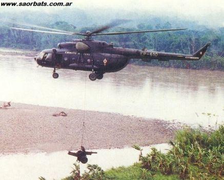 """Helicóptero MI-17 del Ejército del Perú trasporta un Obús Oto Melara M-56 durante la avanzada peruana, la pieza fue apostada en el sector de la""""Y""""utilizado para hacer fuego contra las pocisiones ecuatorianas en TIWINZA cota 6021"""