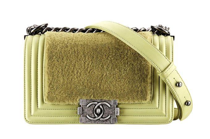 Investi in una postina griffatissima e sei a posto per tutto l'inverno.  Chanel (€ 3.500)