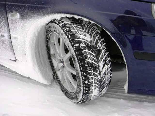 Kış Lastiklerinin Değişim Zamanı Geliyor. 1 Aralık tarihinde trafiğe çıkan otomobil, 4×4, hafif ticari ve otobüs kamyon tipi araçların tümünde kış lastiği takılı olması gerekmektedir. Bu yüzden kış lastiklerinizi şimdiden alınız. Bunu yasal bir zorunluluk olarak görmeyiniz. Kış lastikleri yedi derecenin altında yaz lastiklerine göre çok daha iyi performans sergiler.