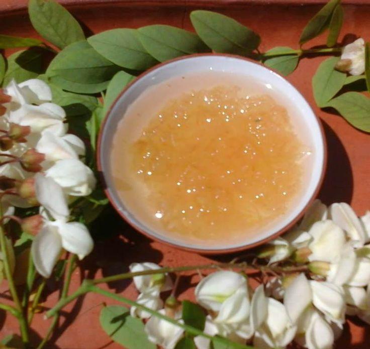 Limonlu Akasya Çiçeği Reçeli - Dilek Erol #yemekmutfak.com Akasya çiçeklerinin kokusu baharın geldiğini müjdeler. Akasyalar açarken, mevsim henüz baharken bu harika çiçekleri sadece koklamakla yetinmeyip reçelini yapmaya ne dersiniz. Bu arada belirtelim, akasya çiçekleri güzelliğinin yanı sıra sağlığa da yararlı. Nefes darlığına ve astım hastalarına iyi geliyor, mikrop öldürücü ve safra arttırıcı özelliği var.