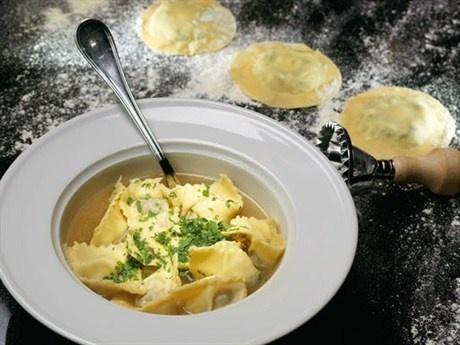 Зелень в этом рецепте играет не последнюю роль – удачно оттеняет сливочную структуру теста и контрастирует со вкусом горячего бульона