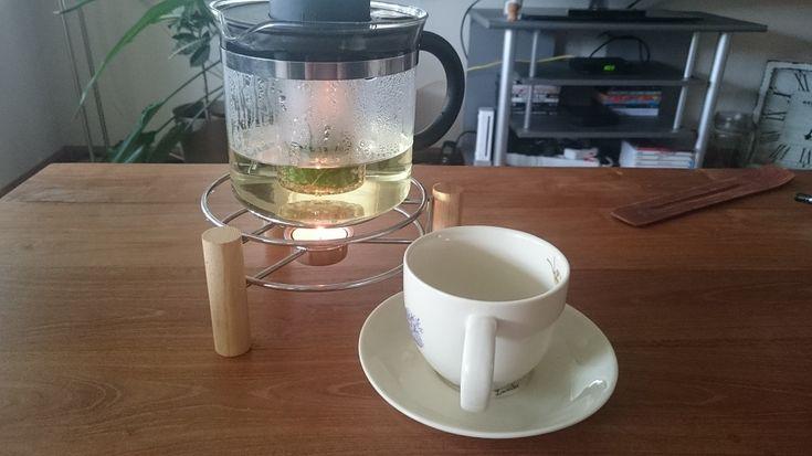 Thee van citroenmelisse, melissenthee, is heerlijk verfrissend. Lees meer over de bereidingswijze en verhouding kruiden / kokend water. #overkruiden #thee