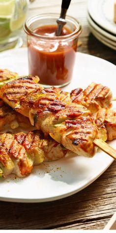 Diese Hähnchenspieße werden garantiert nicht trocken. Speck, Curry und Ananas bringen Geschmack und Würze.