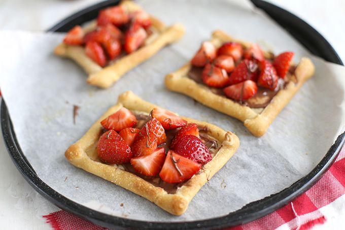 Op zoek naar een lekker zoet recept dat niet al te moeilijk te maken is? Bekijk dan eens dit recept voor een Nutella pizza met aardbeien. SUPER simpel!