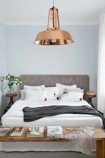 Op http://www.stijlhabitat.nl/stijl-je-slaapkamer/ vind je hoe je deze slaapkamer zelf zo kunt stijlen! Koperen lamp - hout