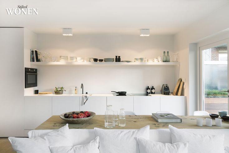 Stijlvol Wonen: het magazine voor warm-hedendaags wonen - ontwerp: Oscar V - fotografie: Sarah Van Hove #zithoek #eetkamer #keuken #beperkteruimte #compact #blackwhite #appartement #styling
