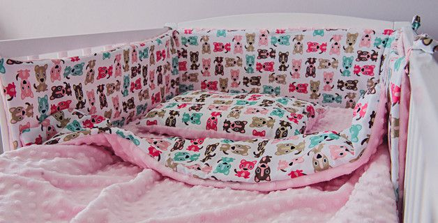 Zestaw do łóżeczka niemowlęcego w promocyjnej cenie, składający się z: - kocyk z wypełnieniem, - poduszeczka, - ochraniacz do łóżeczka.   Niezwykle ciepły i mięciutki dwustronny kocyk i...
