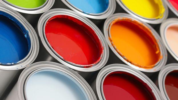 Quando tinteggi il soffitto, per evitare di essere colpito da gocce di vernice, infila il manico del pennello in un buco praticato al centro di un piatto di plastica e fermato con del nastro adesivo: le gocce cadranno nel piatto e così non ti sporcherai