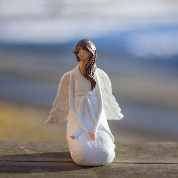 Vit sittande Ängel