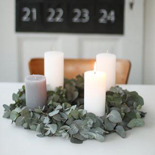 Guten Morgen, nachdem meine (Teenager!!!) Kinder sich beschwert haben dass unser minimalistischer Adventskranz kein ordentlicher Adventskranz ist, haben wir nun einen richtigen Kranz aus duftenden Eukalyptusblättern und zünden gleich die zweite Kerze an! Habt einen schönen und gemütlichen zweiten Advent! _______ #advent #adventskranz #eukalyptus #weihnachten #adventszeit #instainterior #solebich #germaninteriorbloggers #christmasdecoration #simple #urbanjunglebloggers #blogstlove