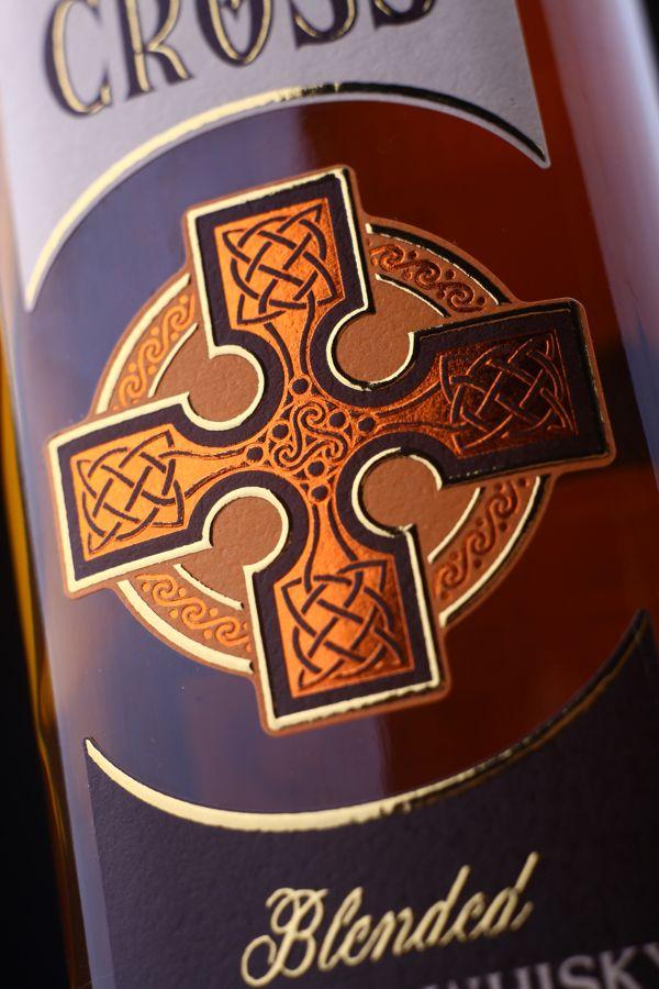 """Идея дизайна этикетки для виски """"Celtic Cross"""" была сосредоточена вокруг изображения кельтских крестов. Основным стремлением было передать некую «брутальную суть» которая несет в себе кельтская тематика. В результате, был разработан дизайн оригинального, стилизованного изображения кельтского креста, который стал ключевым элементом. Особенностью этикетки является создаваемая иллюзия того, что крест размещен на самой бутылке, благодаря нанесению специальной краски в цвет самого напитка."""