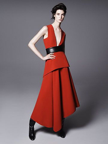 Bright red for the long asymmetrical dress in crepe cady with low neckline and peplum. Bustier belt in leather, all by the Sportmax Fall 2014 collection. #sportmax #sportmax2014 #jelmini.it #2014