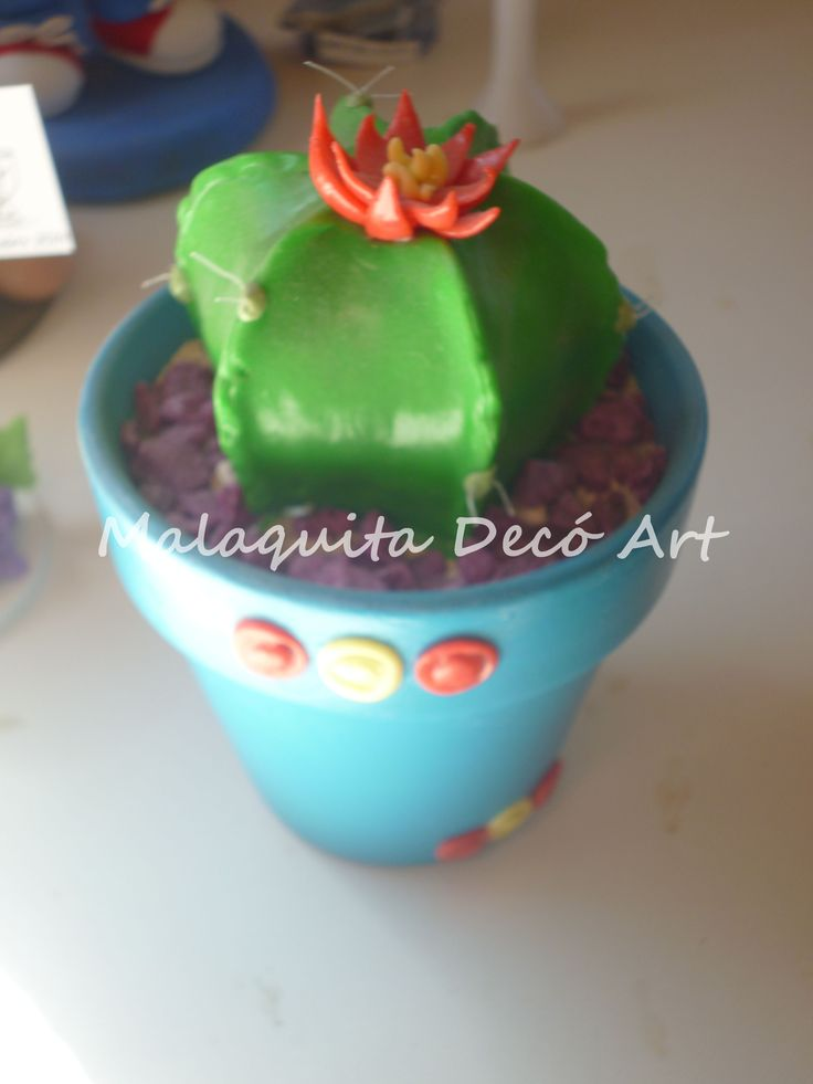 Cactusrealizado en porcelana fria con maceta de barro pintada artesanalmente y piedritas decorativas.Pedi el tuyo!