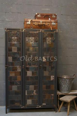 stoere lockerkast van ijzer: mooie kleur ; grijsblauw met warm bruin. Indutrieel brocante bij www.old-basics.nl (winkel 750 m2 & webshop)