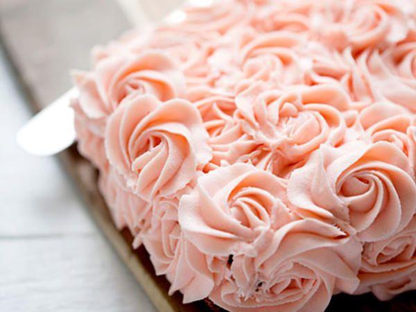 Glutenfri  chokladtårta med spritsade rosor