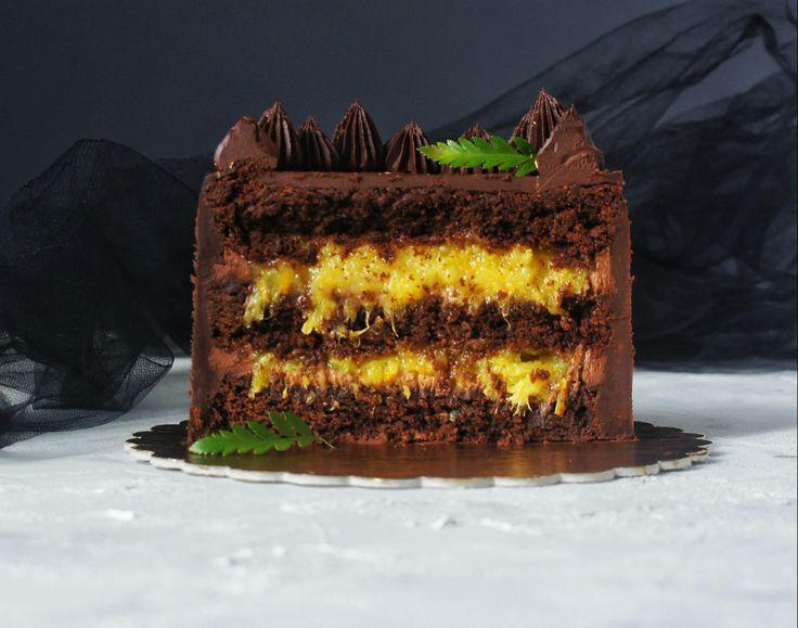 """Спешим поделиться с вами новым рецептом крышесносного шоколадно-апельсинового торта от Надежды Малой, пирожное """"Картошка"""" которой произвел настоящий фурор среди наших читателей. Ну что же под капотом этого торта?Коржи брауни на темном бельгийском шоколаде (тут можно заканчивать описание), взбитый шоколадный ганаш, сочная серединка из свежей мякоти апельсина, проваренной с веточкой розмарина для пикантности. Звучит неплохо, верно?Содержание чистого шоколада в этом торте зашкаливает..."""
