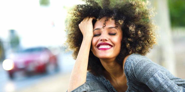 femme cheveux afro rouge a levres sourire