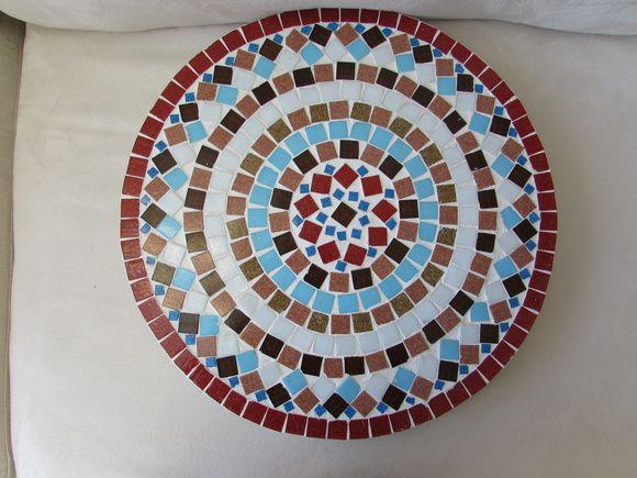 Prato/bandeja giratória em mosaico (não acompanha as xícaras e demais objetos eventualmente exibidas nas fotos, que possuem caracter meramente ilustrativo de uso).  Acabamento em pastilhas de vidro, 45 cm de diâmetro.    Obs.: Pode ser encomendada na dimensão de 60x60cm ou 38x38cm, e com outros d...