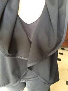 Bonsoir, Voici le tuto de la veste cercle, attention je n'ai rien inventé j'ai juste fait le tuto en français. C'est une veste simple et rapide à réaliser. Idéale pour les débutantes. En fonction du tissu utilisé vous devrez coudre ou non un biais. A...