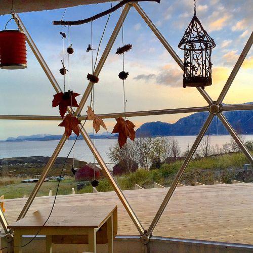 naturhuset - Vi har bygget et Naturhus og en selvforsynende hage på Sandhornøya i Nordland. Prosjektet er sterkt inspirert av arkitekt Bengt Warne, den russiske Bokserien The Ringing Cedars series og vår inderlige kjærlighet og dype respekt for Moder Jord.