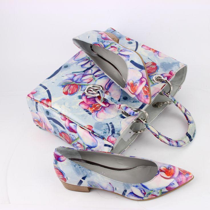 Vrolijke Maripé schoenen met bloemenprint maken uw voorjaars look helemaal af. http://www.vanbommelschoenen.nl/damesschoenen/273030056--maripe-17890.html #Maripe #shoes #flowers