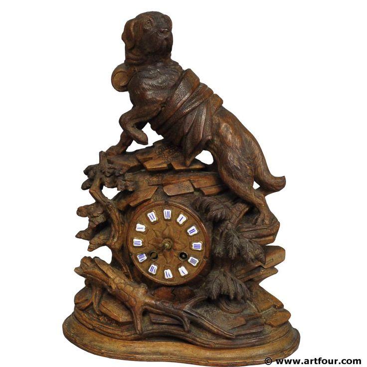 reloj de madera tallada típicamente negro con un precioso st. Bernard escultura del perro. el reloj está incrustado en una pila de madera tallada a mano y un perro de rescate tradicional suizo se sitted entronizado. una obra maestra de tallas de madera brienz el que ilumina cualquier pieza de la chimenea.