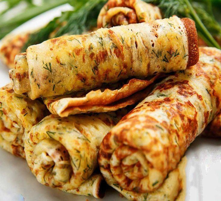 Astăzi vă oferim o rețetă ingenioasă de clătite de pui și cașcaval extrem de gustoase și aspectuoase. Clătitele sunt preparate din file de pui, făină integrală și cașcaval, de aceea sunt foarte gustoase și sățioase, ideale pentru o cină rapidă. Aceste clătite originale o să vă surprindă prin gustul și forma deosebită. Savurați-le calde cu smântână sau sosul preferat! INGREDIENTE 600 g de file de pui 2 ouă 150 ml de lapte de 1 % 1 ceapă 50 g de făină integrală 100 g de cașcaval cu conținut…
