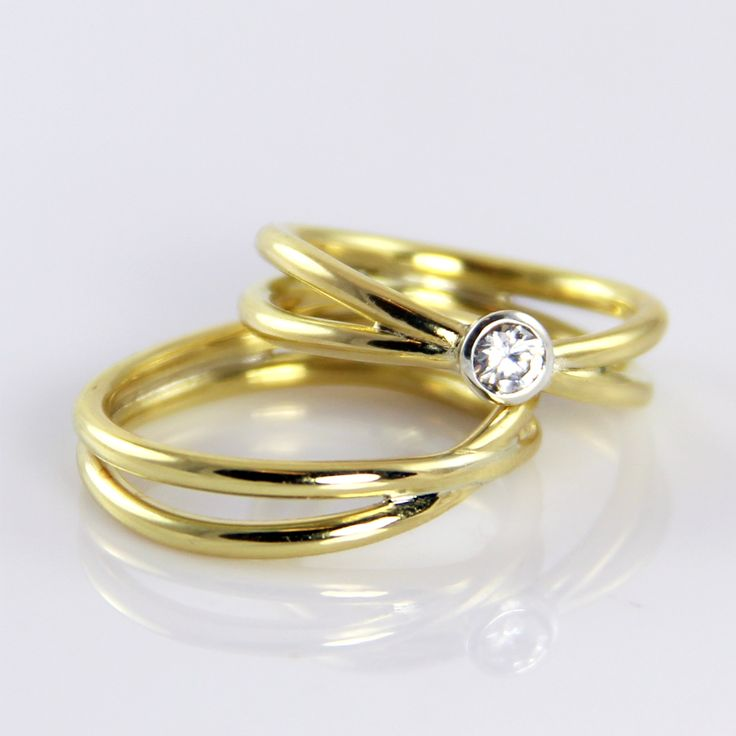 Forever yours, symbolizes the sign for infinity discreetly transformed into wedding rings. 18 carat gold with a TW / VVS diamonds.