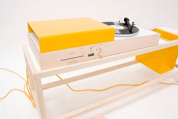 Attention, une petite merveille hi-fi vient de naître et elle va faire beaucoup de bruit !! Keep On Turnin' est une création du designer industriel de chez Apple, Jonathan Ive, qui permet de profiter du son analogique et numérique. Conçue dans du bois brut, elle abrite un tourne disque pour les vinyles, un dock pour votre iPod/iPhone et un lecteur CD, le tout dans un encombrement visuel ultra limité.