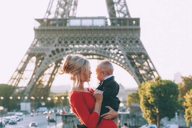 Barefoot Blonde maternity photos in Paris