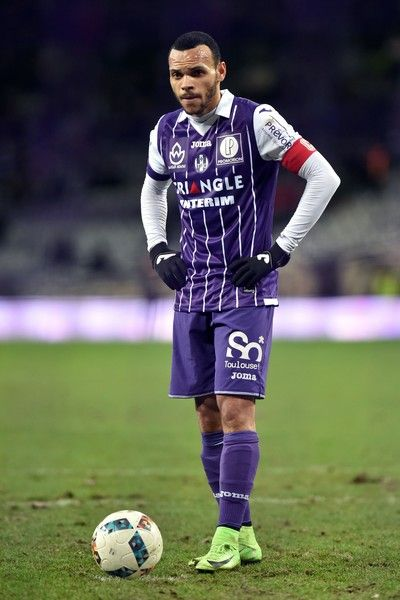 Toulouse's Danish captain and forward Martin Braithwaite prepares to kick a penalty during the French L1 Football match between Toulouse and Bastia, on February 11, 2017 at the Municipal Stadium in Toulouse southern France. / AFP / REMY GABALDA
