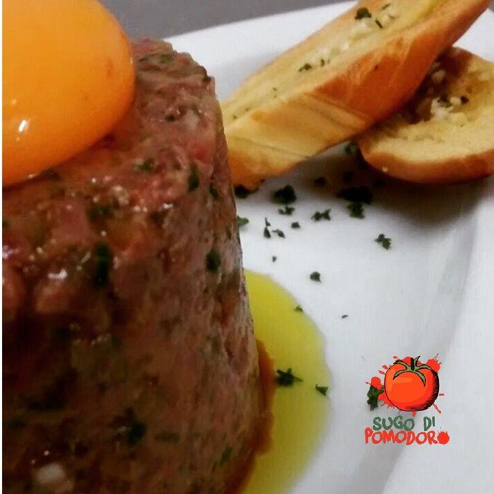 """Y hoy: œuf à cheval, literalmente: """"huevo a caballo"""" o steak tartare... ¡Para los amantes de la carne! #Cocina #Nutrición #SugoDiPomodoro #Recetas #FoodPorn #ClasesDeCocina #Gastronomía #Tasty #CocinaParaPerezosos #QueHacerEnMedellin"""