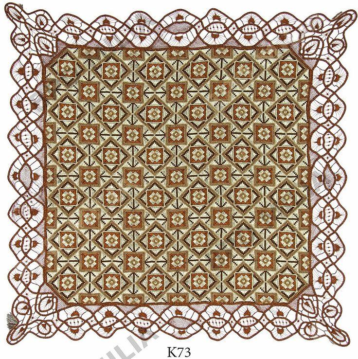 Εργόχειρο χειροποίητο τετράγωνο.Γύρω γυρω χειροποίητη δαντέλα λασέ, έργο της Γιούλη Μαραβέλη-Χαλκίδα. Τηλ:22210-74152.