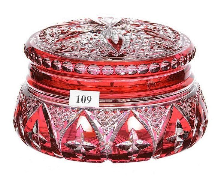 VSL Bonbonnière 'Georgette' en cristal clair, doublé rouge à l'or et taillé des facettes triangulaires en pointe diamant et des mandorles - Vers 1925.