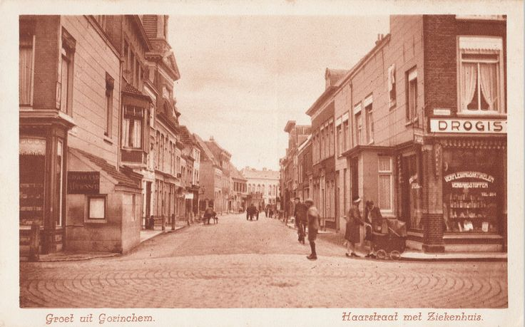 Ansichtkaart met de Haarstraat, gezien vanuit de Kruisstraat. Rechts de Gasthuisstraat (drogist Coops op de hoek), links de Westwagenstraat waar nog een pothuis staat. Aan het eind van de straat is het vroegere ziekenhuis te zien.