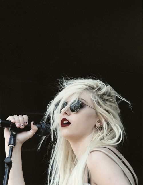 Taylor Momsen, my new favorite rocker chick. Holy crap, she was cute little Cindy Lou Who from the Grinch but she isn't so cutesy anymore lol. She's so badass.the pretty reckless, stunning, skinny, perfection, little j, gossip girl, jenny humphrey, gothic, punk, tomboy style, long blonde hair, dark makeup,