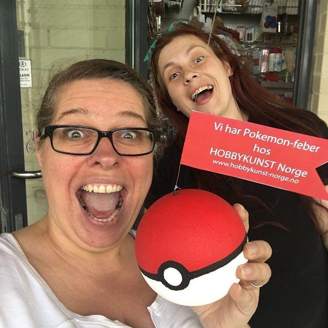 Litt morro må man ha på jobb, og vi bare måtte lage vår egen Pokeball 😂 #hobbykunst #hobbykunstnorge #pokemonfeber #pokeball #hobbybutikklørenskog #kreativglede #isopor #hobbymaling #hobbylakk #hobbyergøy #kreativitet