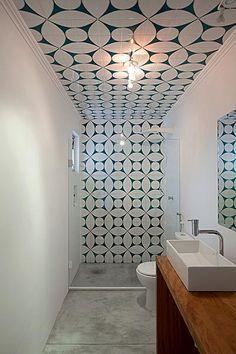 Os azulejos sobem até o teto no banheiro, reformado pela Arquitetura Paralela. As peças são reproduções da Mosaico Pisos e Azulejos