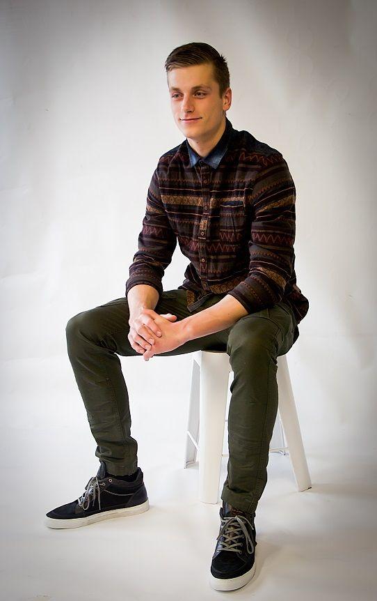 Mannenmode! Legergroene broek met sneakers gecombineerd een heerlijke casual look