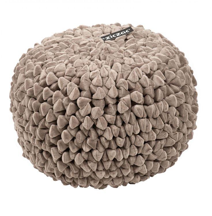 ZicZac Poef - Pebble Taupe   Heerlijk zachte poef van het mooie merk ZicZac,met het uiterlijk van kiezel-stenen. De poef is voorzien van een ritssluiting om de vulling bij te vullen. Uiteraard kun je de hoes ook wassen. De mooiste poef die wij kennen, nergens goedkoper!  Hoe zou de poef staan tijdens de feestdagen bij jou in de huiskamer?  Productkenmerken van de poef:  Materiaal:100%microfiber Diameter: 50cm Hoogte: 35 cm Vulling: EPS parels