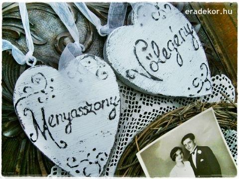 Rusztikus festett fa szívek Menyasszony és Vőlegény feliratokkal. Fotó azonosító: ESKSZIVEK03