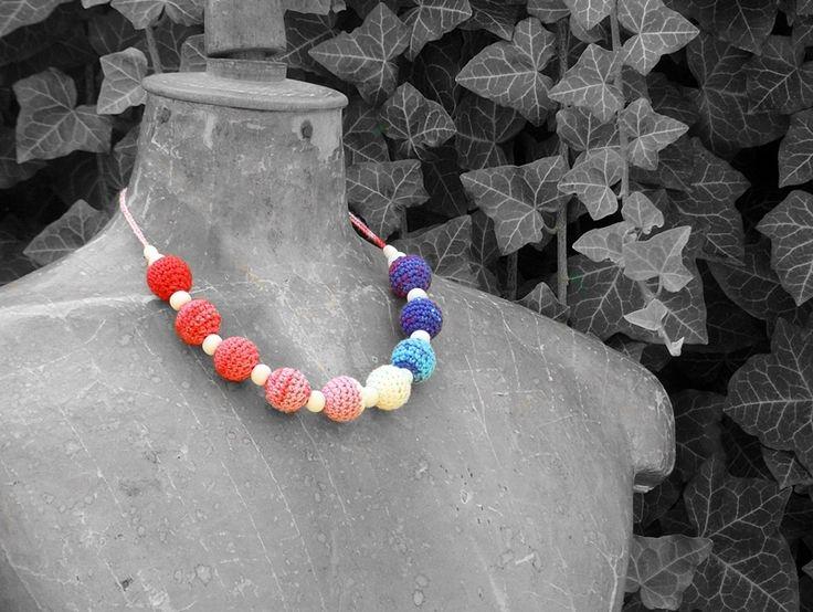 horgolt nyaklánc kék, piros, rózsaszín és fehér színekben, fa gyöngyökkel / crochet necklace in blue, red, pink and white colors with wooden beads
