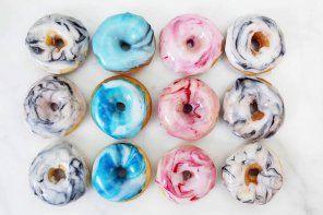 Rezept: Mini Donuts backen und mit Marmormuster verzieren