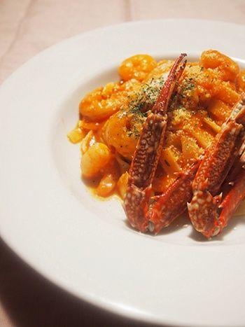 トマト缶に生クリームを加えたトマトクリームソースに、渡り蟹と小エビの旨味が染み渡る贅沢な一品。濃厚な味わいは、幅広のタリアテッレにぴったり。