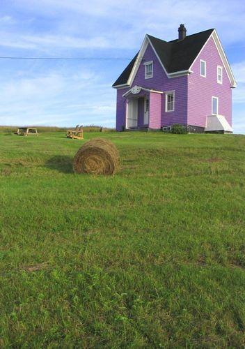 Maison rose aux Iles de la Madeleine.