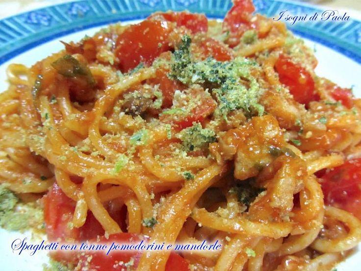 La Sicilia a tavola. Poco da dire su un piatto che racchiude nei suoi ingredienti la storia di un territorio. Prepara gli spaghetti con tonno pomodorini e mandorle… e gustali!