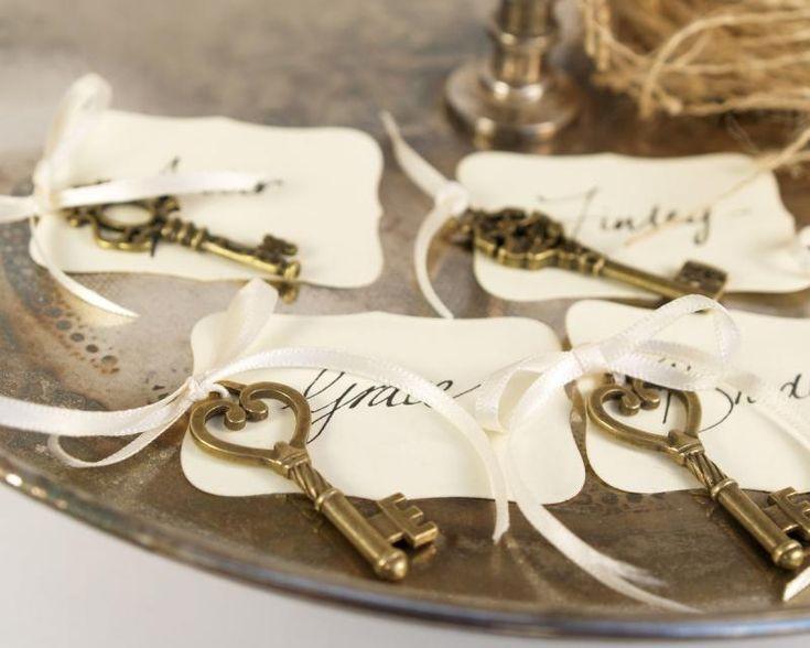 idée plan de table mariage avec des porte-noms vintage et clés métalliques